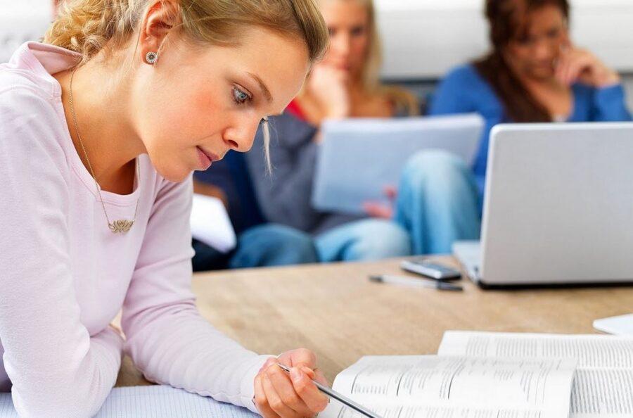 alumna realizando exámen