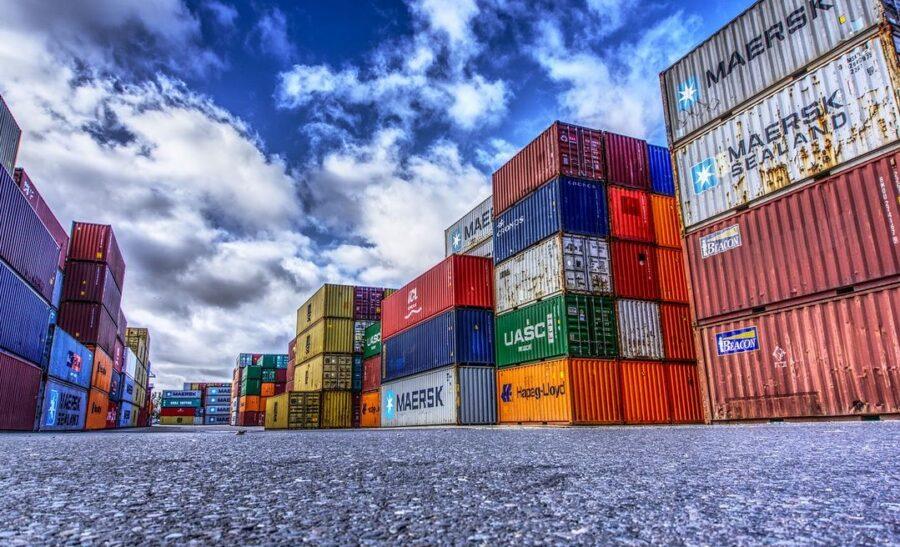 contenedores en un puerto