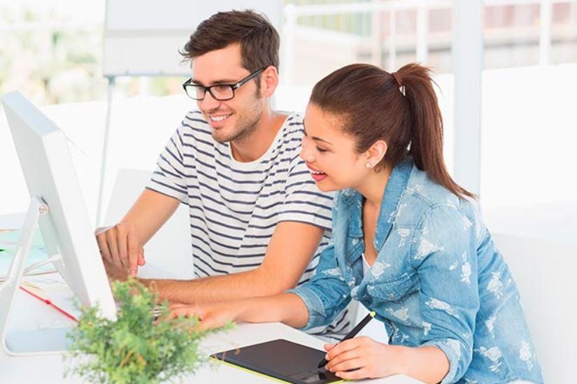 dos jovenes con una pc estudiando a distancia online